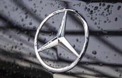 Feche acima do logotipo de Mercedes-Benz na parte dianteira do carro Foto de Stock