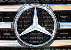 Feche acima do logotipo de Mercedes Benz no amortecedor Imagem de Stock Royalty Free