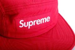 Feche acima do logotipo supremo no tampão vermelho Fotos de Stock