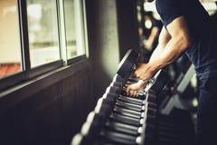 Feche acima do músculo grande caucasiano da mão nova do ajuste no sportswear fotos de stock