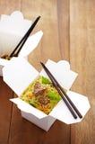 Feche acima do macarronete chinês e dos peixes fritados Imagens de Stock
