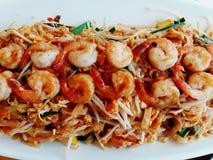 Feche acima do macarronete secado ou acolchoe tailandês com muitos shirmps na placa branca em resturant tailandês Fotos de Stock