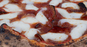 Feche acima do macro de pepperoni e da pizza de queijo ateados fogo madeira imagem de stock royalty free