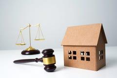 Feche acima do martelo de madeira do advogado, escalas na tabela Foto de Stock Royalty Free
