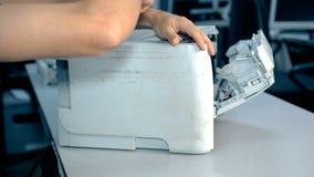 Feche acima do material eletrônico dos reparos do trabalhador do tiro video estoque