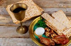 Feche acima do matzot e do tallit judaicos do passover do feriado do conceito o substituto para o pão no feriado judaico da pásco imagens de stock