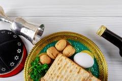 Feche acima do matzot e do tallit judaicos do passover do feriado do conceito o substituto para o pão no feriado judaico da pásco imagem de stock