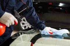 Feche acima do mecânico que trabalha na reparação de automóveis Imagens de Stock