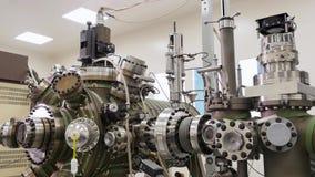 Feche acima do mecanismo automático industrial feito do metal que está dentro na fábrica, conceito da indústria novo filme