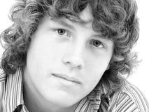 Feche acima do menino adolescente dos anos de idade dezesseis em preto e branco Fotografia de Stock Royalty Free