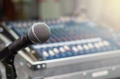 Feche acima do microfone no fundo borrado misturador imagens de stock royalty free