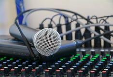 Feche acima do microfone no misturador sadio coberto na poeira imagens de stock royalty free