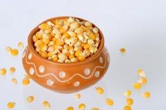 Feche acima do milho secado no potenciômetro de argila imagens de stock royalty free