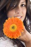 Feche acima do modelo bonito com gerbera alaranjado Fotografia de Stock Royalty Free