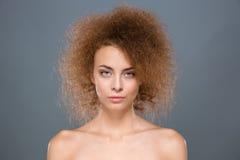 Feche acima do modelo de forma fêmea atrativo com cabelo encaracolado Imagens de Stock Royalty Free