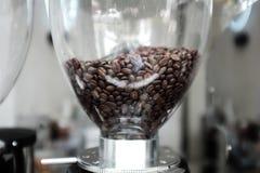 Feche acima do moedor de fabricante de café e de café imagens de stock royalty free