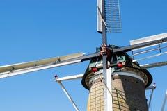 Feche acima do moinho de vento holandês com o céu brilhante azul Imagem de Stock Royalty Free