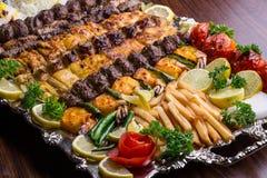 Feche acima do no espeto persa da mistura que consiste na carne triturada, galinha Fotos de Stock