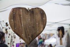 Feche acima do objeto de madeira na forma de um coração Foto de Stock
