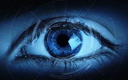 Feche acima do olho da mulher em processo da exploração Conceito da tecnologia do Internet do negócio da identificação foto de stock