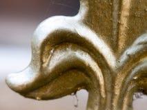 Feche acima do ornamento pintado ouro da cerca do metal fotografia de stock