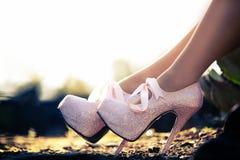 Feche acima do os saltos elevados cor-de-rosa com diamons Imagem de Stock