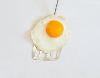 Feche acima do ovo frito na espátula de prata Fotos de Stock