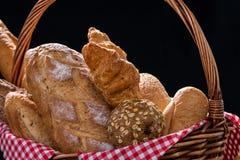 Feche acima do pão Baked com a cesta no fundo preto foto de stock royalty free
