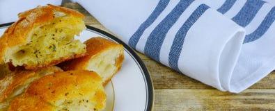 Feche acima do pão de alho amanteigado na imagem dada forma bandeira fotografia de stock