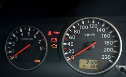 Feche acima do painel do carro com velocímetro Imagem de Stock Royalty Free