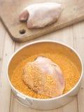 Peito de frango cru panado Fotos de Stock