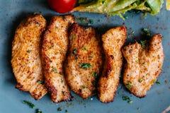 Feche acima do peito de frango grelhado BBQ com a salada servida na placa azul na tabela de madeira imagem de stock royalty free