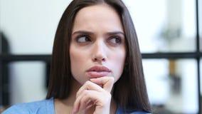 Feche acima do pensamento, mulher pensativa, interno, nova, video estoque