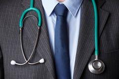 Feche acima do pescoço do doutor Wearing Stethoscope Around imagens de stock
