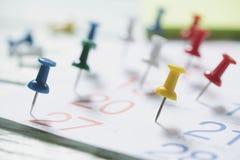 Feche acima do pino no calendário, planejando para a reunião de negócios fotografia de stock