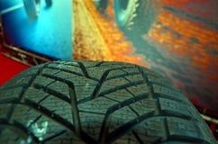 Feche acima do pneu do elevado desempenho em uma garagem da reparação de automóveis Imagem de Stock