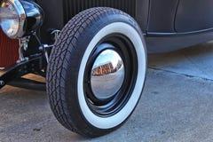 Feche acima do pneu e da calota velhos clássicos de carro fotografia de stock