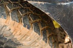 Feche acima do pneu 4x4 do passo fora da estrada, textura da picareta suja da roda Foto de Stock Royalty Free