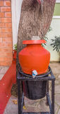 Feche acima do potenciômetro da água da argila com a torneira montada em um suporte, Chennai, Índia, o 19 de fevereiro de 2017 Imagem de Stock Royalty Free
