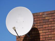 Feche acima do prato satélite Imagens de Stock Royalty Free