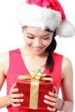 Feche acima do presente feliz do Natal do olhar da menina imagem de stock royalty free