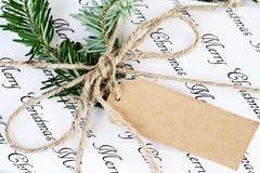 Feche acima do presente do Natal com etiqueta vazia fotografia de stock
