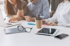 Feche acima do processo de trabalho na reunião de negócios imagem de stock
