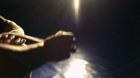 Feche acima do pugilista que envolve as ataduras em sua mão antes da luta no gym em 4k filme
