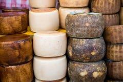 Feche acima do queijo italiano tradicional exposto para a venda Imagem de Stock Royalty Free