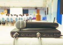 Feche acima do rádio velho do microfone com sinal da caixa na tabela branca na sala de reunião interior do seminário da conferênc imagem de stock royalty free
