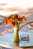 Feche acima do ramalhete da flor da elegância na tabela Fotografia de Stock Royalty Free