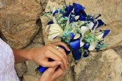 Feche acima do ramalhete e das alianças de casamento Fotografia de Stock Royalty Free