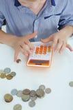 Feche acima do rapaz pequeno com a calculadora na escola Foto de Stock Royalty Free