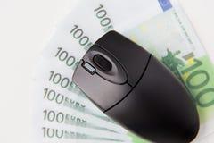 Feche acima do rato do computador e do euro- dinheiro Fotografia de Stock